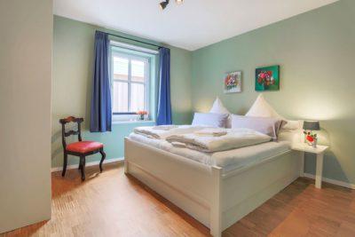 Schlafzimmer mit Doppelbetten im Ferienhaus für 4