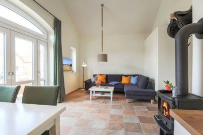 Wohnbereich mit Kamin im Ferienhaus für 4