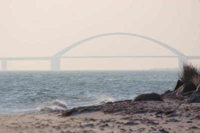 Blick vom Strand auf die Fehmarnsundbrücke vom Strand beim Küselhof auf Fehmarn
