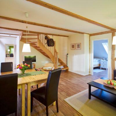 Wohnzimmer mit Treppe in den ersten Stock Ferienwohnung