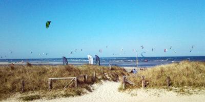 Kitesurfen Paradies Ostsee Fehmarn viele Kite Segel am Himmel